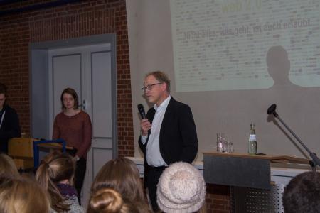 Prof. Dr. Volker Lüdemann der Hochschule Osnabrück zeigt den Elftklässler'n der Ursulaschule die rechtlichen Grenzen im Netz auf