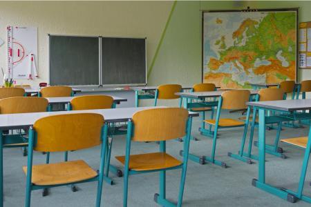 Beim Neubau oder der Sanierung rät das Umweltbundesamt zum Einbau von Lüftungsanlagen, um eine gute Raumluftqualität im Klassenzimmer zu erzielen