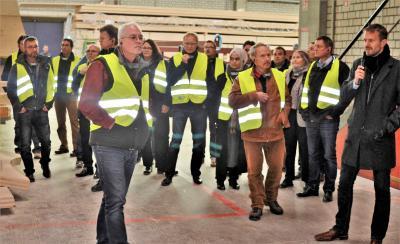 Viel Neues beim INTHERMO Architekten-Workshop! Rund 40 Architekten, Planer und Gebäude-Energieberater waren der Einladung zum INTHERMO Architekten-Workshop mit und bei ZÜBLIN TIMBER in Aichach/Bayern gefolgt. Dort erfuhren sie aus erster Hand Wissenswertes über das Bauen mit Holz und die Vorzüge der Holzfaserdämmung. Bei einem geführten Rundgang durch die Fertigungshallen in Aichach konnten die Workshop-Teilnehmer/-innen einen Eindruck davon gewinnen, weshalb ZÜBLIN Timber zu den besonders leistungsstarken holzverarbeitenden Unternehmen zählt. Foto: Achim Zielke für INTHERMO, Ober-Ramstadt; www.inthermo.de