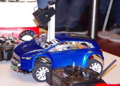 Auf Erfolgskurs: Autonomes Modellauto OSCAR der Hochschule Osnabrück verwies auch internationale Konkurrenz aus China, Polen und der Schweiz auf die Plätze / Foto: Hochschule Osnabrück / Winfried Gehrke