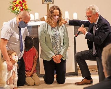 Pastorin Marjukka Ostrovljanovic mit Familie und W. Dorn (re.), Präsident der Adventisten in   Bayern bei der Einsegnungshandlung © Foto Andra Draghiciu / APD