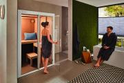 Die Sauna S1 Manuell vergrößert sich im Handumdrehen und fügt sich wunderbar in moderne Badezimmer ein – ohne viel Raum einzunehmen. Die Kombination von Privatsphäre und Komfort ist unschlagbar. Clever: Dieses Modell ist mit 230 Volt-Anschluss verfügbar.