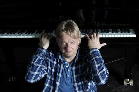 """Der finnische Jazzpianist Iiro Rantala ist mit seinem """"Power Trio"""" in Schloss Landestrost zu Gast"""