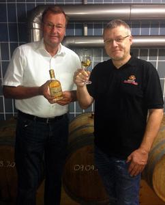 Braumeister Otto Resch (re) und Brauereibesitzer Karl-Heinz Pritzl (li) bei der Probe des fertigen, frisch abgefüllten Whisky