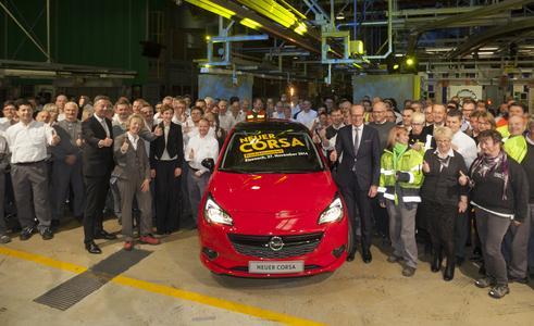 Daumen hoch: Opel-Chef Dr. Karl-Thomas Neumann feierte gemeinsam mit der Belegschaft den Produktionsstart des neuen Corsa in Eisenach. Foto Adam Opel AG