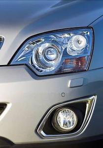 Zu den äußeren Merkmalen des technisch und optisch aktualisierten Opel Antara zählen auch neu gestaltete Nebelscheinwerfer mit Chromeinfassung