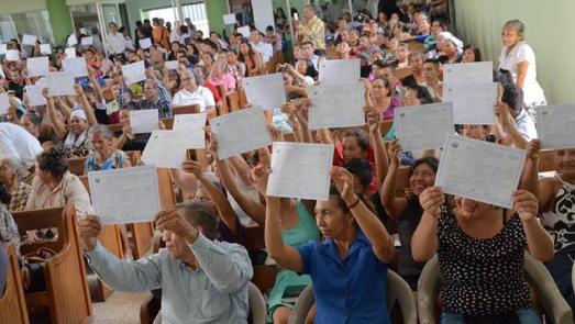 Teilnehmende mit Abschlusszertifikaten bei der Graduierungsfeier in der Adventgemeinde © Foto: Fabricio Rivera/IAD