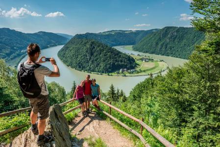 Römerskulpturen weisen Besuchern im Römerpark Schlögen den Weg - beispielsweise hinauf zum berühmten Schlögener Donaublick. Foto: Tourismusprojekt Römerspuren/Oberösterreich Tourismus GmbH/Hochhauser