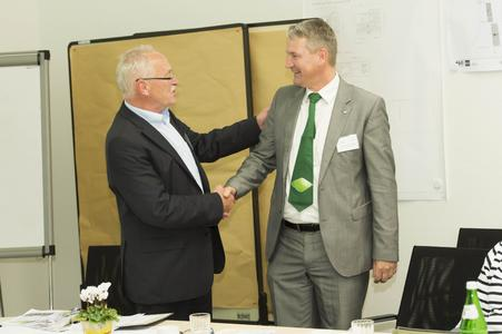 Der ehemalige Vorsitzende Engelbert Lehmacher (links im Bild) gratuliert dem neuen Vorsitzenden des Freundeskreises Hochschule Osnabrück Gartenbau und Landschaftsarchitektur e. V. Marc-Guido Megies