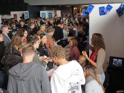 Auf dem Info-Markt im Foyer der OsnabrückHalle konnten sich die Erstsemester über Service-Angebote rund um die Hochschule und die Stadt Osnabrück informieren