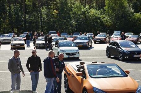 Stimmungsvoll: Die Teilnehmerfahrzeuge der Creme 21 Rallye auf dem Skidpad des Opel Testzentrums in Dudenhofen am letzten Tag