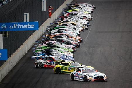 """Das ADAC GT Masters gilt als die """"Liga der Supersportwagen."""" Pirelli rüstet die Rennserie seit 2015 exklusiv mit Reifen aus"""