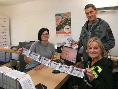 |Svenja Pataki - SRM Ticket-Service und zwei Ticket-Kunden (Foto: ©Markus Pfeifer )