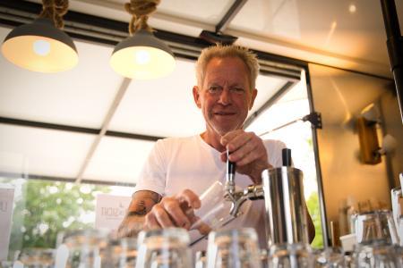 Raja Thiele-Stechemesser ist Biersommelier und betreibt die neue Beach Lounge in Eckernförde. Hier schenkt er auch sein eigenes Bier aus. Bild: www.ostsee-schleswig-holstein.de