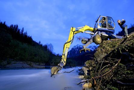 Auf dem Bild werden in unwegsamem Gelände mit einem MobilschreitbaggerSchäden beseitigt, die durch Überflutung eines Gebirgsbaches entstandensind. Der Mobilschreitbagger ist eine komplexe und anspruchsvolleAnwendung, da besondere Anforderungen an die Präzision der Steuerunggestellt werden. Technologieführer bei hydraulischen Komponenten und Systemen für mobile Arbeitsmaschinen ist die Bosch Rexroth AG, Bildnachweis: Bosch Rexroth AG - Foto: Thomas Ernsting