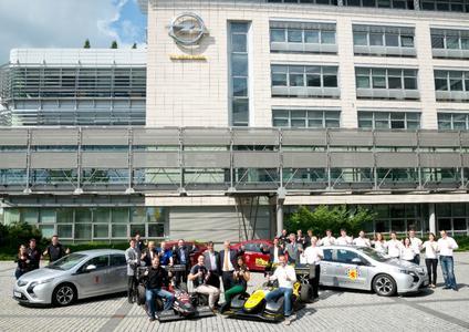 Elektromobile Formula Student-Unterstützung: Die Opel-Vorstände für Entwicklung und Kommunikation, Michael F. Ableson und Johan Willems (Mitte), übergaben vier von der Marke mit dem Blitz geförderten Teams jeweils einen Ampera, © GM Company