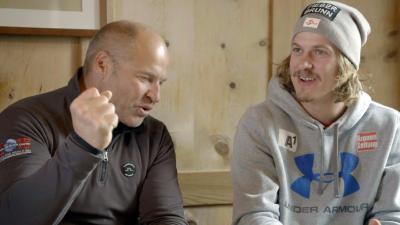 Marc Girardelli und Manuel Feller diskutieren die Entwicklung des Skisports seit den 1980er Jahren / Marc Girardelli, Manuel Feller / Foto: Klaus Achter, Copyright: Berlin Producers Media GmbH / Pre TV