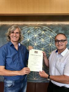 Walter Redl (stellvertretender Vorstand der BKK ProVita, rechts) gratuliert Andreas Schöfbeck (Vorstand der BKK ProVita) zum 40-jährigen Dienstjubiläum