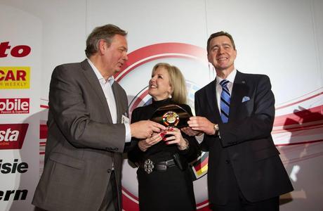 """Der Opel Ampera und der Chevrolet Volt haben heute gemeinsam den """"Car of the Year 2012"""" Award gewonnen. Der Vorstandsvorsitzende der Adam Opel AG, Karl-Friedrich Stracke (rechts) und Susan Docherty, President und Managing Director von Chevrolet Europe nahmen gemeinsam den """"Car of the Year 2012"""" Award von Jury-Präsident Hakan Matson entgegen"""
