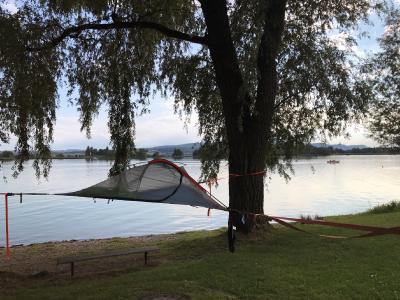 Schlafen im Baumzelt: Eine naturnahe Alternative zur Übernachtung im Hotel sind die Baumzelte beim Naturfreundehaus in Markelfingen / Bildnachweis: REGIO Konstanz-Bodensee-Hegau e.V.