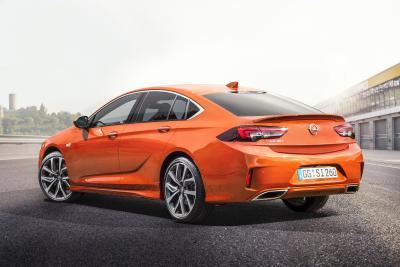 Souveräner Opel-Sportler: Der neue Insignia GSi hält auf der Straße, was sein Aussehen verspricht. Für maximalen Fahrspaß sorgen starke Motoren, FlexRide-Chassis und der adaptive Allradantrieb mit Torque Vectoring