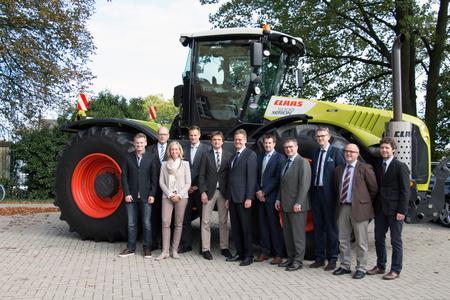 """Die Hochschule Osnabrück und der Landmaschinenhersteller Claas möchten  künftig noch enger zusammenarbeiten. Jetzt stellte das Unternehmen den  Großtraktor Xerion als """"Universalgerät"""" für Lehre und Forschung zur  Verfügung"""