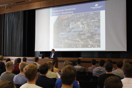 Die Bewerberinnen und Bewerber wurden durch Prof. Dr.-Ing. Rainer Bourdon, Studiendekan des Studienbereichs Dentaltechnologie, Verfahrenstechnik, Kunststoff- und Werkstofftechnik, an der Hochschule Osnabrück begrüßt.