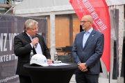 Meno Requardt, VW Immobilien, bei seiner Eröffnungsrede mit Christian Burrichter, Heinz von Heiden Projektentwicklung.