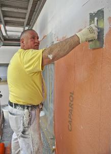 Auch für Malergeselle Jürgen Rosenkranz geht die Applikation des Capatect WDVS dank präzise aufeinander abgestimmter Komponenten ausgesprochen zügig von der Hand, Foto: Caparol Farben Lacke Bautenschutz/Martin Duckek