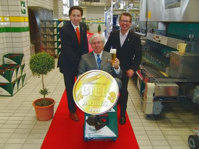 Dr. Thomas Hatz freut sich gemeinsam mit Frank Winkel (links) und Matthias Kliemt über den Bieroscar