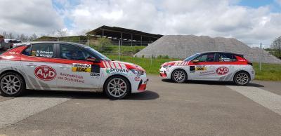 Zwei AvD Opel Corsa-e Rally seitlich gegeneinander
