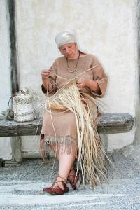 Jahrtausende altes Handwerk wird in den Pfahlbauten am Bodensee gezeigt – hier im Bild die Verarbeitung von Lindenbast, aus dem in der Steinzeit Schuhe und Hüte hergestellt wurde (Foto: Pfahlbaumuseum Unteruhldingen)