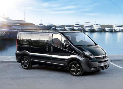 Black Beauty: Neuer Opel Vivaro als Color Edition mit schwarzen Alurädern, getönten Frontscheinwerfern und Scheiben für den extravaganten Auftritt.