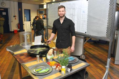 """Heiko Bix hat für seinen multifunktionalen Grilltisch den passenden Namen gefunden: """"Zwoi en Ois"""" / Foto: Handwerkskammer"""