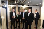 Niedersachsens Wirtschaftsminister Dr. Bernd Althusmann (2. von rechts) besuchte STIEBEL ELTRON in Begleitung der Landtagsabgeordneten Sabine Tippelt und Uwe Schünemann (3. von rechts). Geschäftsführer Dr. Kai Schiefelbein (links) präsentierte beim Rundgang durch den Energy Campus unter anderem das Wärmepumpen-Lüftungs-Integralgerät LWZ. Im Hintergrund links Geschäftsführer Dr. Nicholas Matten, rechts Dr. Hendrik Ehrhardt, zuständig für die Verbandsarbeit von STIEBEL ELTRON