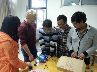 Lukas Lorenz (2. von links), Master-Student der der Hochschule Osnabrück, hat ein Praktikum an der chinesischen Universität Nanjing absolviert. Mit seinen chinesischen Teamkollegen hat er einen Roboter gebaut, der bunte Zylinder nach Farben sortieren kann