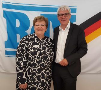 Klaus Hoffmann, Landesobmann der Sudetendeutschen Landsmannschaft gratuliert Iris Ripsam MdB zur Wahl