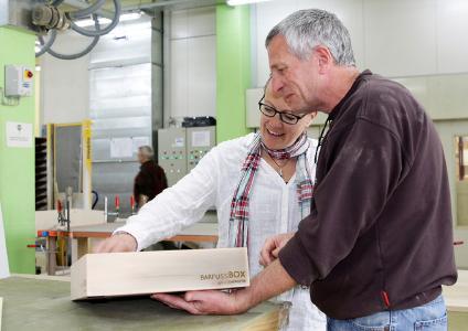 Bettina Schellstede in den Produktionsstätten der von Rickenbach AG mit Projektleiter Harald Binder, wo die BarfussBox aus Arvenholz hergestellt wird, Bild: Oliver Traxel-Heyer, CH-Rüti/ZH
