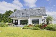 Perfekte Tageslichtplanung - Dieses realisierte Einfamilienhaus Alto F10 mit flachem Satteldach präsentiert sich mit einer großzügigen Fensterfassade und Dachfenstern.