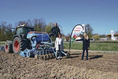 Direkt gegenüber der World of Living von WeberHaus wird dieses Jahr ein Teil der insgesamt 13 Hektar Blühwiesen erblühen. v.l. Dieter Sänger, Heidi Weber-Mühleck und Annette Sänger
