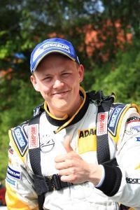 Daumen hoch: Der Schwede Tom Kristensson freut sich über den Gesamtsieg beim diesjährigen ADAC Opel Rallye Cup. Er wird im Jahr 2018 im Werks-ADAM R2 in der Junior-Europameisterschaft starten