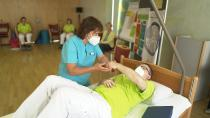 Kinästhetik-Trainerin Friederike Muth führt die gesundheitsfördernden Schulungen mit dem Pflegepersonal durch. Bild: Deutsche Fernsehlotterie