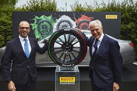 Marco Tronchetti Provera (rechts), CEO und Vice Chairman von Pirelli, präsentierte Italiens Außenminister Angelino Alfano den Pirelli Reifen der Farb-Edition Trikolore in den italienischen Landesfarben