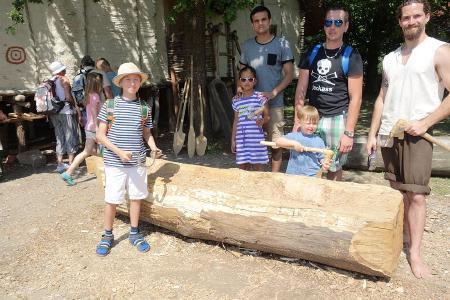 Einbaumherstellung (Foto: Pfahlbaumuseum Schbel)