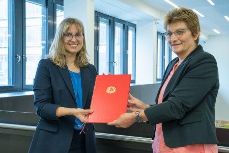 Prof. Dr. Sabine Lins (links) gemeinsam mit Kanzlerin Christiane Claus anlässlich der Übergabe der Ernennungsurkunde. - Foto: Hochschule Bremen / Thomas Ferstl