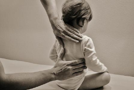 Die Original Bowen Technik aktiviert auch bei Kindern und Säuglingen mit sanften Griffen die körpereigenen Kräfte. Bildnachweis: ©A.Minke