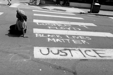 Eine Frau sitzt nach dem Tod von George Floyd bei Protesten in Minneapolis, Minnesota/USA auf der Straße. © Foto Lorie Shaull / flickr.com