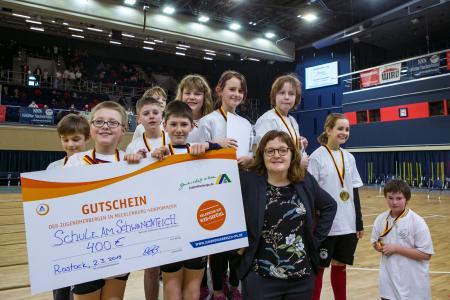 Schüler der Schule am Schwanenteich gewinnen einen Klassenfahrten-Zuschuss des DJH-Landesverbandes M-V beim Rostocker Hallensportfest 2019 (Thomas Mandt)