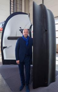 Peter Ebner in dem von ihm entwickelten aufgeklappten, portablen 3D-Druck-Haus
