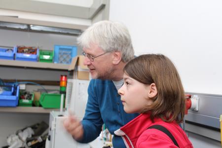 Martin Nardmann erklärt Reporterin Hanne Garten Details im Labor für Robotik